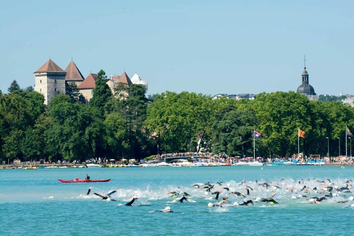 Nageurs dans le lac d'Annecy