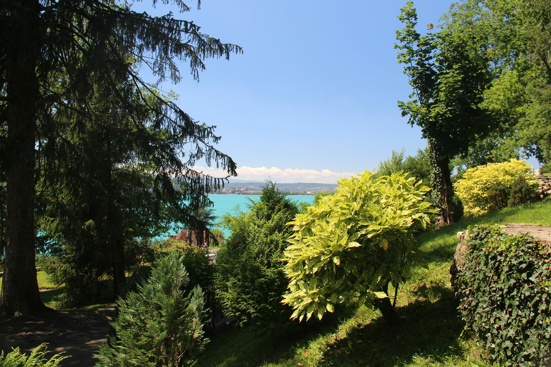 Jardin avec vue sur la lac