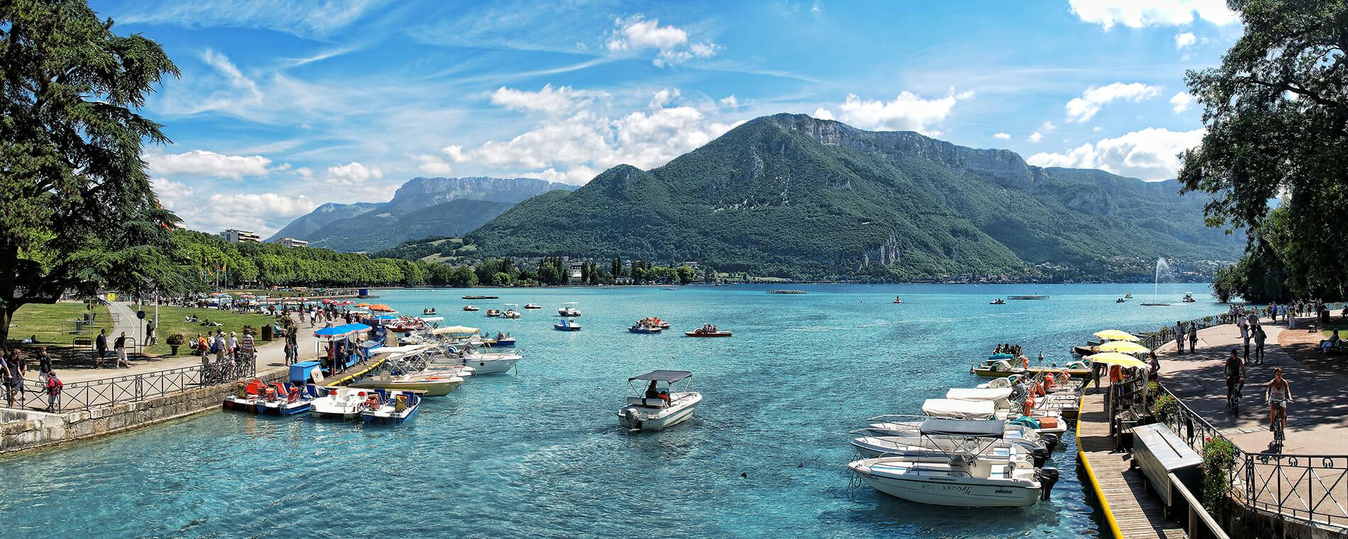 Plaisance sur le lac d'Annecy en bateau