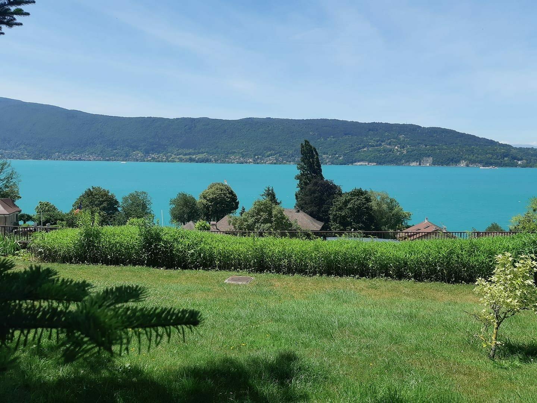 Vue sur le lac d'Annecy depuis le Jardin